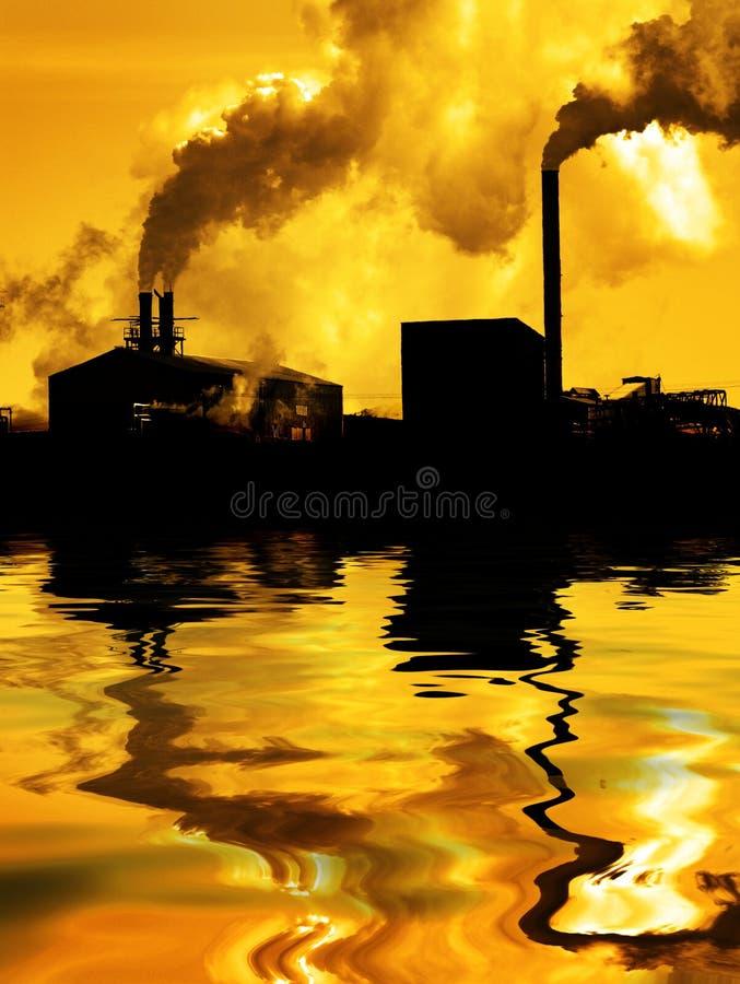 Rök för fabrik för föroreningluftkvalitet som pumpar in i reflexion för atmosfärmiljövatten royaltyfri bild