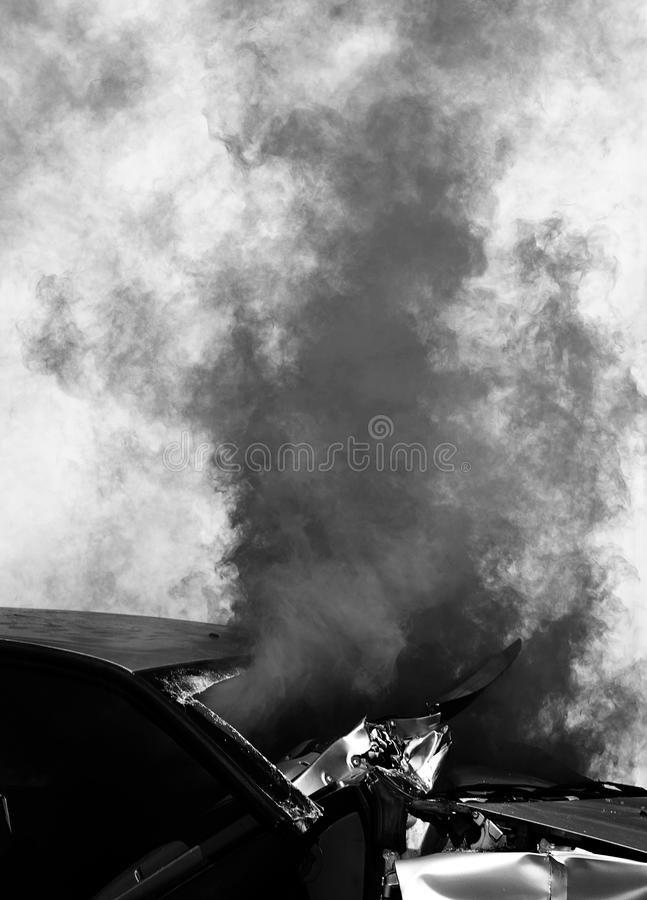 rök från en bil efter vägolyckan arkivbild