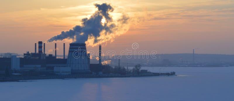 Rök från fabrikslampglas på solnedgången arkivbilder
