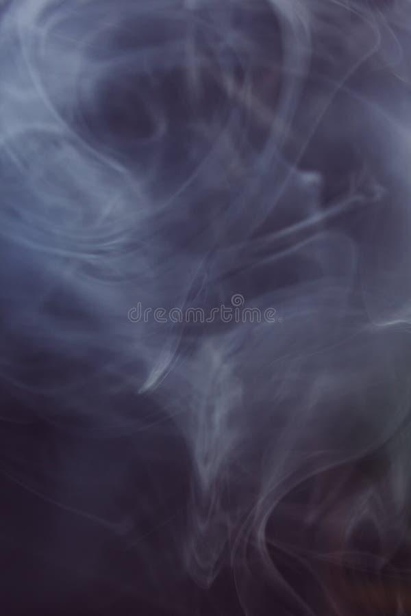 Rök i mörkret arkivbild