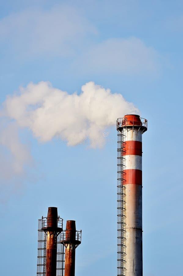 Rök och ånga kommer ut från fabrikslampglaset arkivfoto