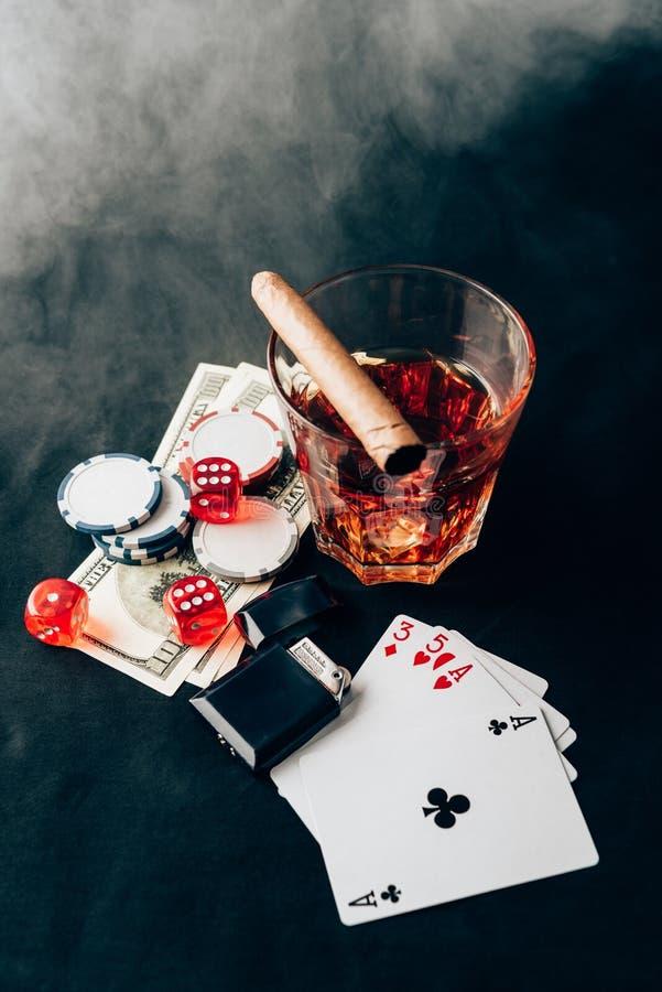 Röka över whisky och cigarren på tabellen med chiper royaltyfri fotografi