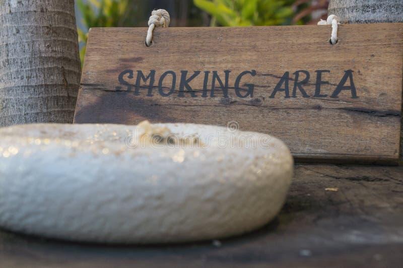 Röka här offentligt begrepp teckenför träwood tobak royaltyfria bilder