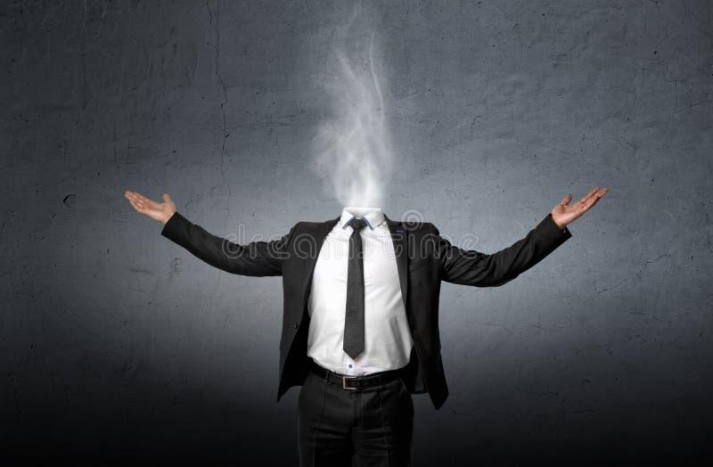 Röka i stället för ett affärsmanhuvud som lyftte hans händer gömma i handflatan upp arkivbilder