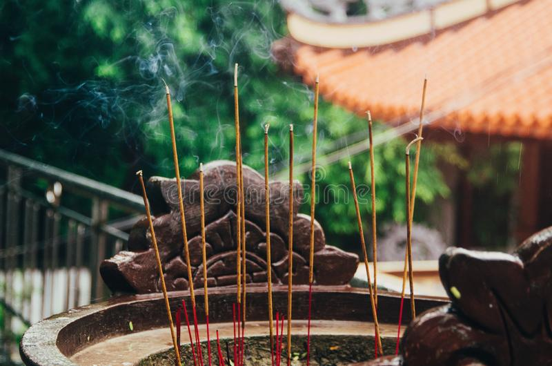 Röka rökelse i en buddistisk tempel royaltyfria foton