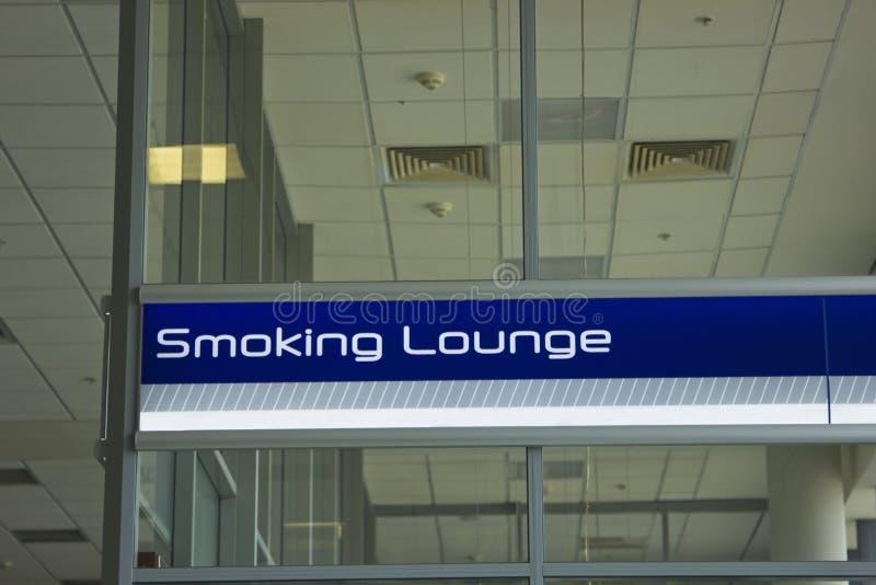 Rökande vardagsrum royaltyfri fotografi