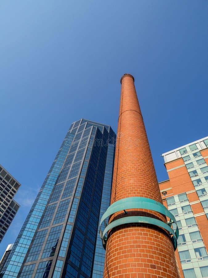 Rökbunt från övergiven industribyggnad royaltyfria bilder