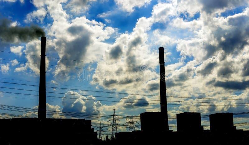 Rökbuntar på den brinnande kraftverket för kol, industriell kontur arkivbilder