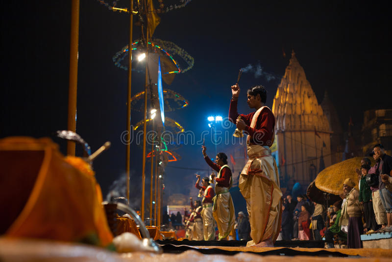 Rökelse för sida för präst för Brahmin för Varanasi nattbön arkivbilder