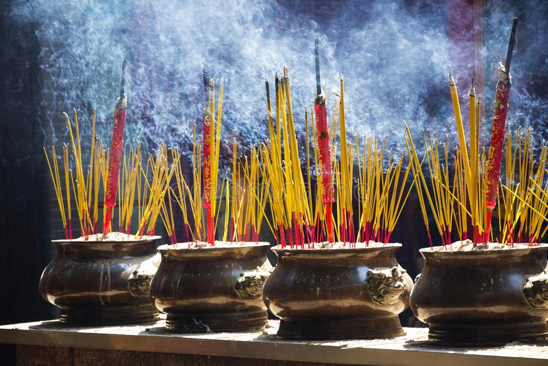 Rökelse klibbar för den traditionella andliga buddistiska bränningen i Vietnam royaltyfria bilder