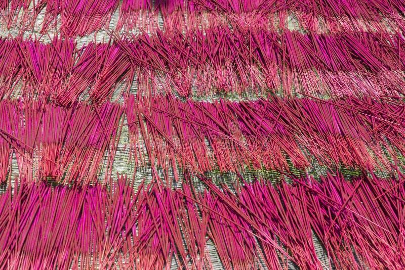 Rökelsepinnar är torra Fabriken anmärker för tillverkning av av lokal färg cambodia royaltyfria bilder
