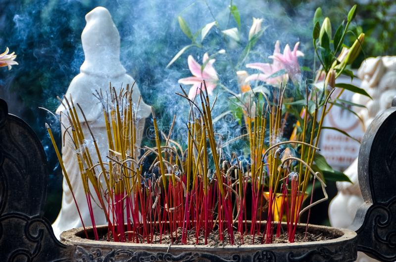 Rökelsepinnehållare i tempel i Vietnam arkivfoton