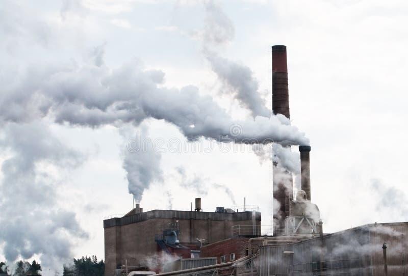 Rökförorening till och med industriella lampglas royaltyfria foton