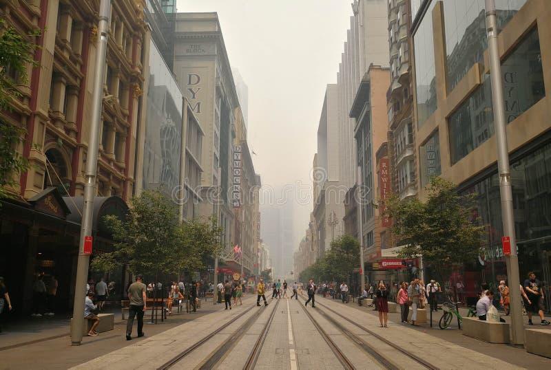 Rökhassan täckte över affärsbyggnader i staden från okontrollerad bussheld, orsakade en störtflod av Sydneys luftkvalitet, Austra royaltyfria foton