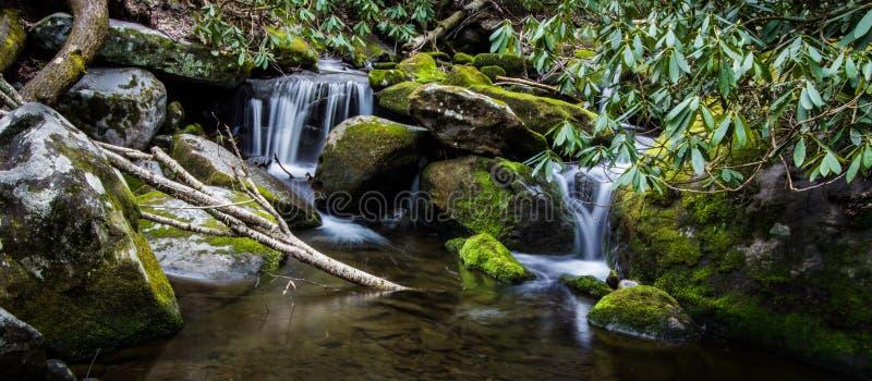 Rökig bergvattenfallpanorama fotografering för bildbyråer