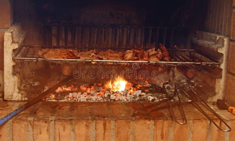 Rökig spis med massor av grillat kött i restaurangen arkivfoto
