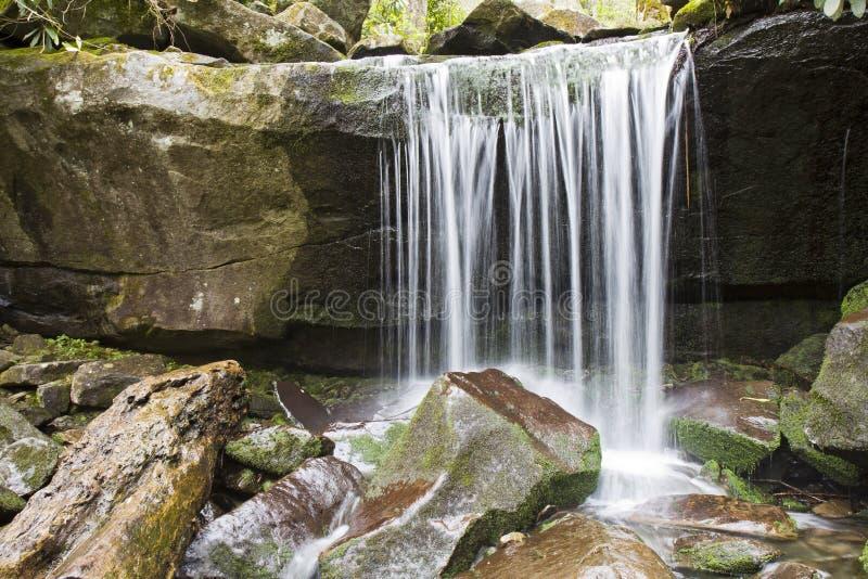 rökig vattenfall för berg arkivbilder