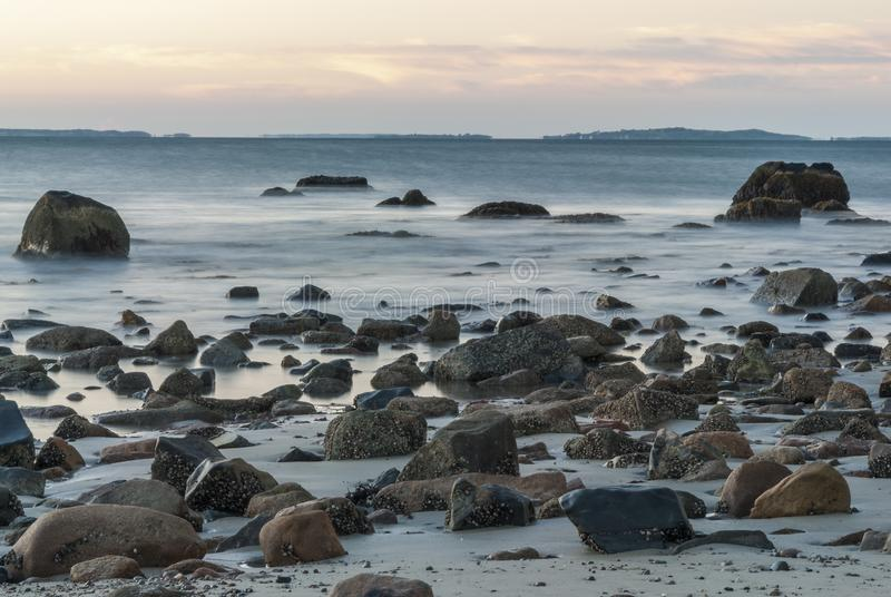 Rökiga steniga vråk för rörelsesuddighet skäller stranden fotografering för bildbyråer
