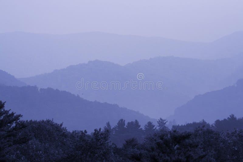 rökigt blått berg arkivfoto