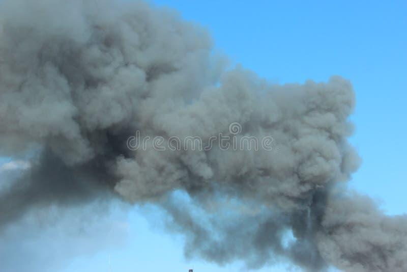 Rökning i luften Röker gråsvart rök i luften arkivfoton