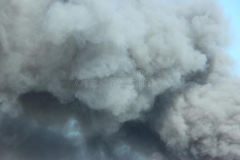 Rökning i luften Röker gråsvart rök i luften royaltyfria bilder