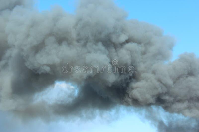 Rökning i luften Röker gråsvart rök i luften royaltyfri foto
