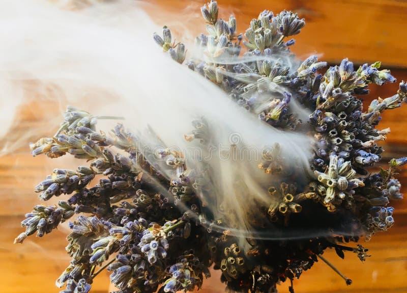 Rökning med lavendel royaltyfria foton