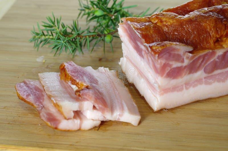 Rökt bacon med en royaltyfri bild