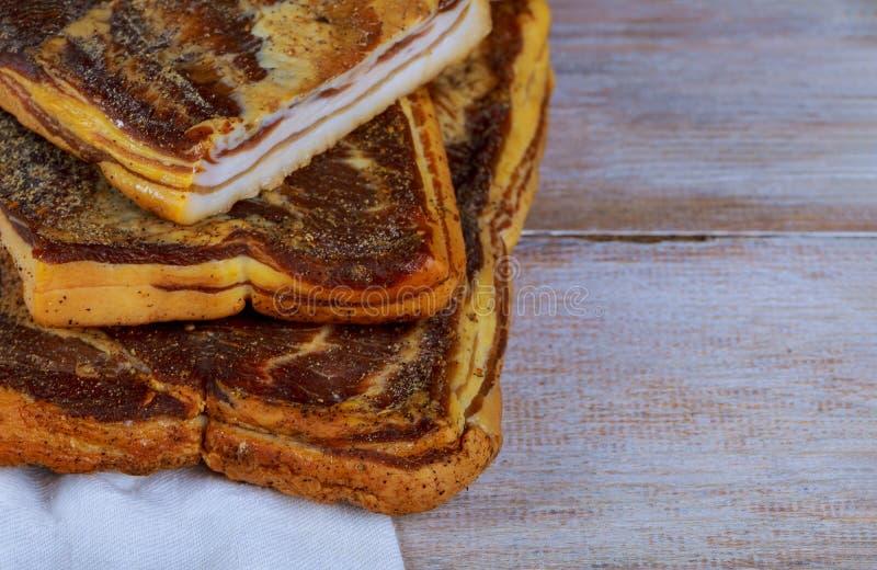 Rökt bacon på ukrainsk kokkonst för skärbräda arkivfoto