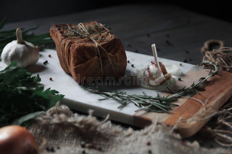 Rökt bacon som ligger på en skärbräda royaltyfria foton