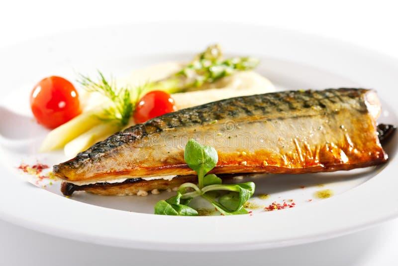 Rökt fisk med grönsakgarnering royaltyfria foton