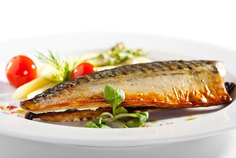 Rökt fisk med grönsakgarnering royaltyfria bilder