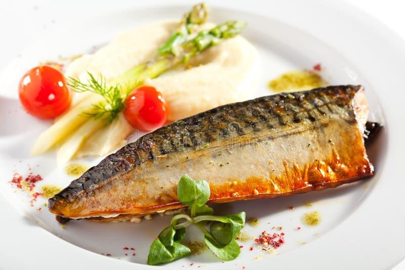 Rökt fisk med grönsakgarnering royaltyfri foto