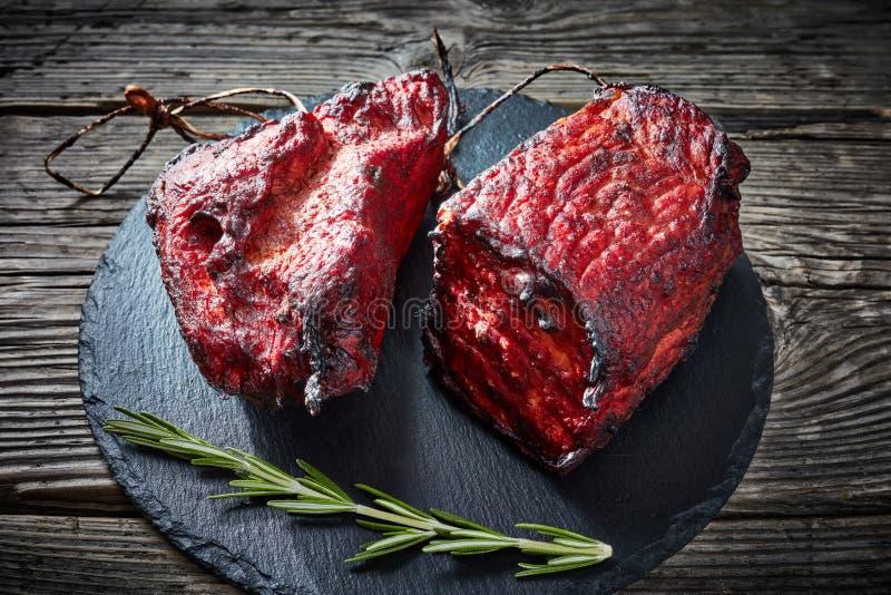 Rökt grillfestköttfläskkarré på ett stenmagasin royaltyfria foton