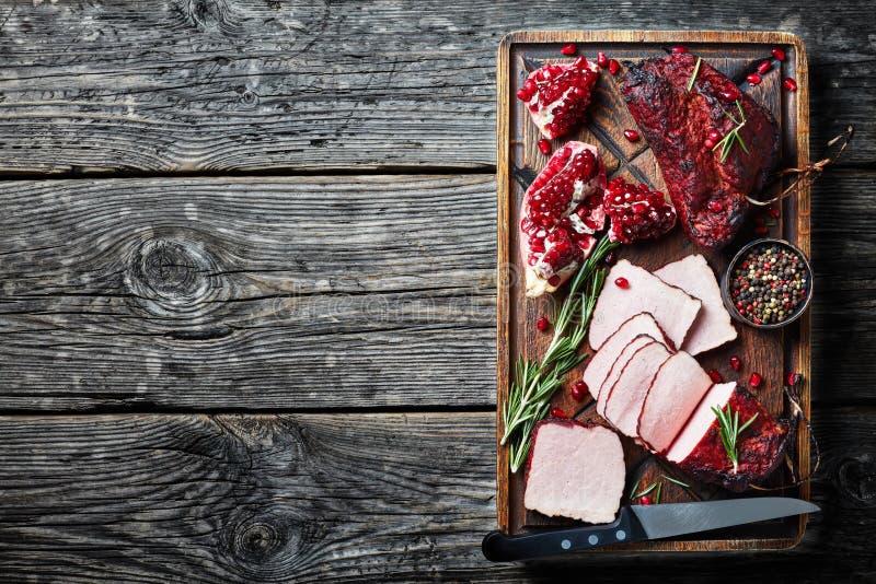 Rökt grillfestköttfläskkarré på ett träbräde arkivfoto