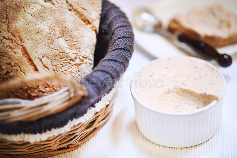 Rökt laxkrämspridning i ramekin med bröd släntrar, aptitretaren arkivfoto