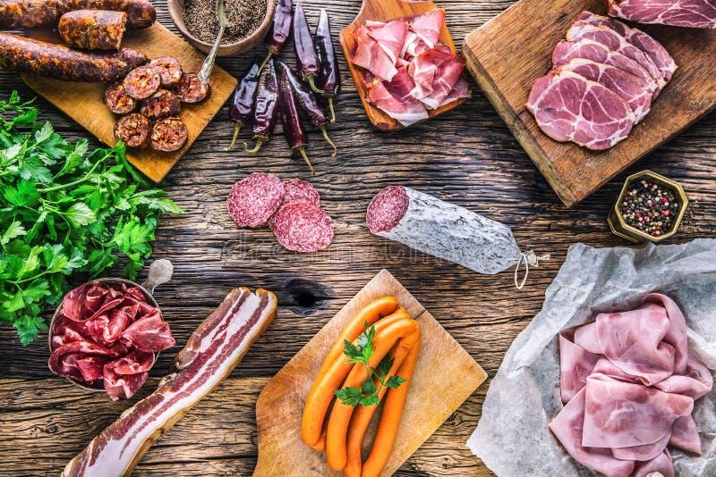 rökt pork Sortiment av rökte grisköttprodukter - korvskinkane arkivfoton
