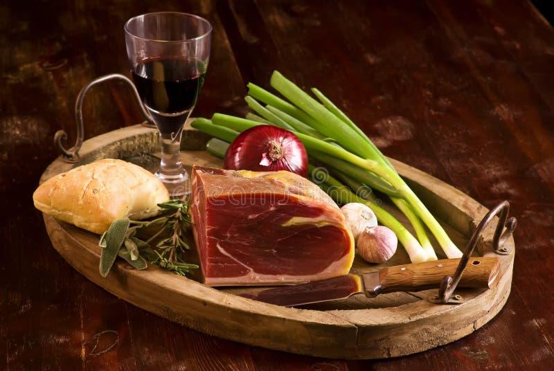 Rökt skinka med rött vin royaltyfria bilder