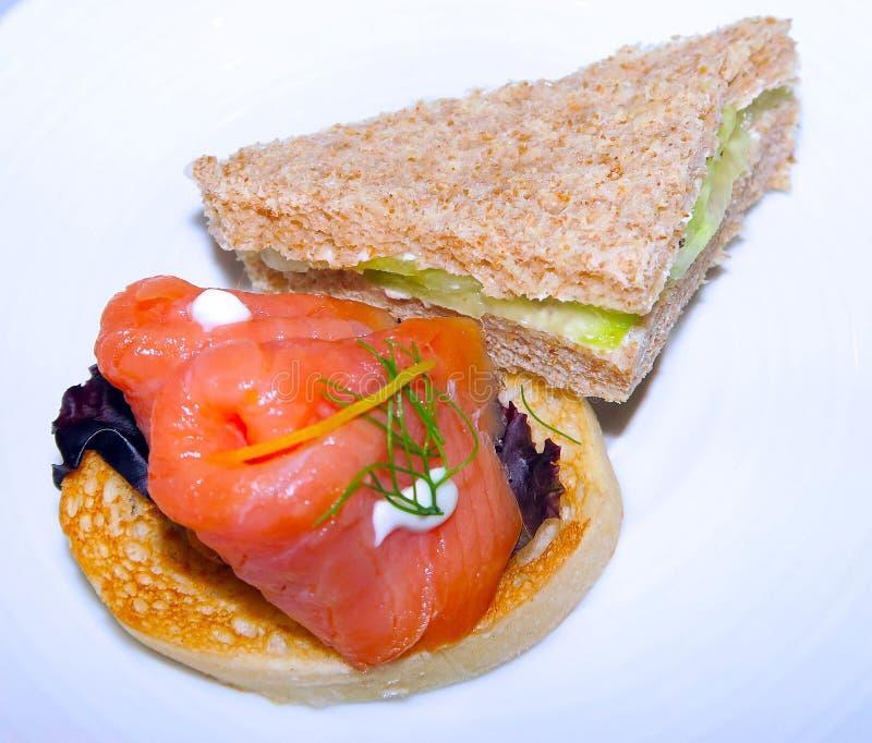 Rökte Salmon Cucumber Sandwhicih Tea Time arkivbilder