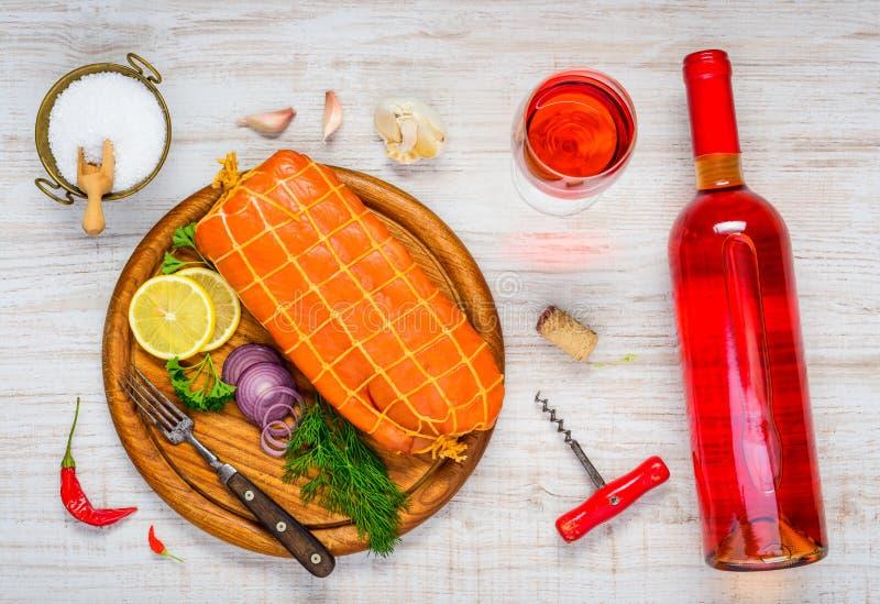 Rökte Salmon Fish med Rose Wine i exponeringsglas och flaska, arkivbild