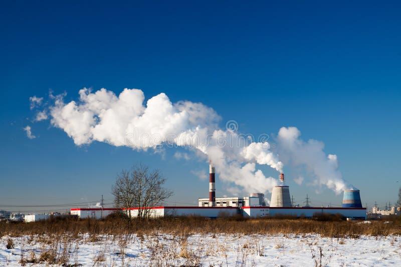 Röktorn av CHP och blå himmel Central elektrisk värme Vinter arkivbilder