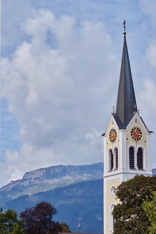 Römisch-katholische Gemeindekirche in riezlern stockbilder
