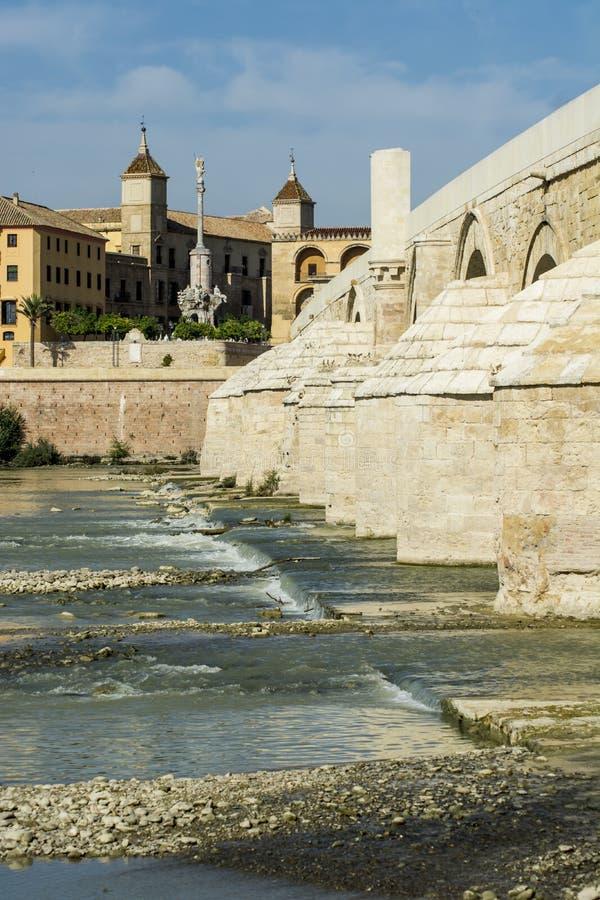Römische Brücke und Moschee von Cordoba stockfoto
