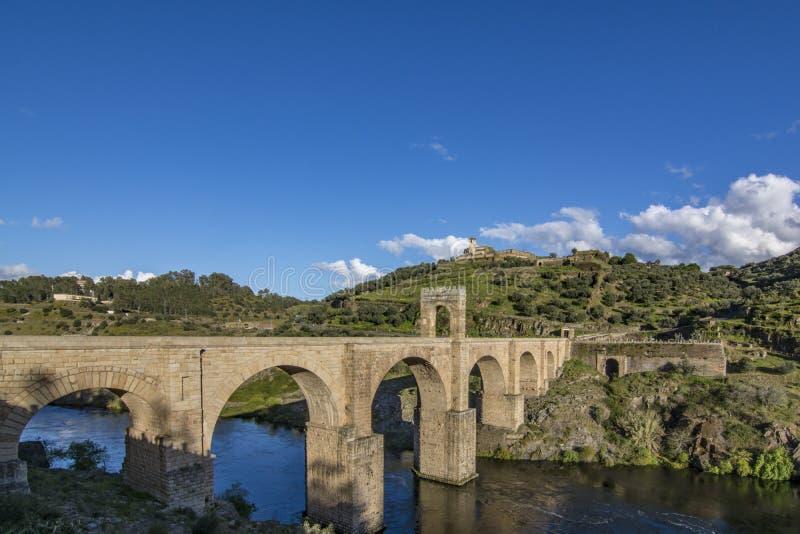 Römische Brücke von Alcantara in Spanien stockbilder