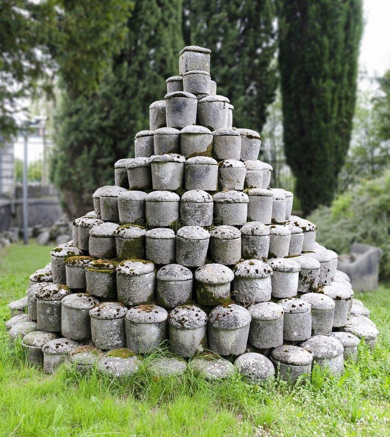 Römische Steinurnen stockfoto