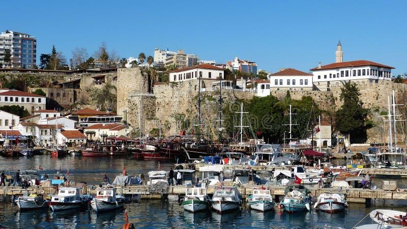 Römischer Hafen und alte Stadtmauern in historischem Viertel Kaleici von Antalya, die Türkei lizenzfreies stockfoto