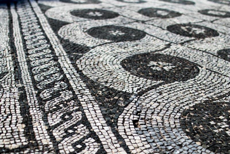 Römisches Mosaik Schwarzweiss, eine Dekoration darstellend Ketten Sie an stockfotos