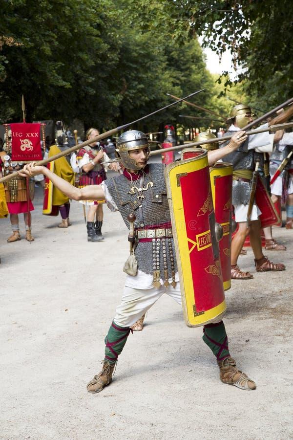Römisches Schauspiel mit Gladiatoren und Legionären lizenzfreie stockfotografie