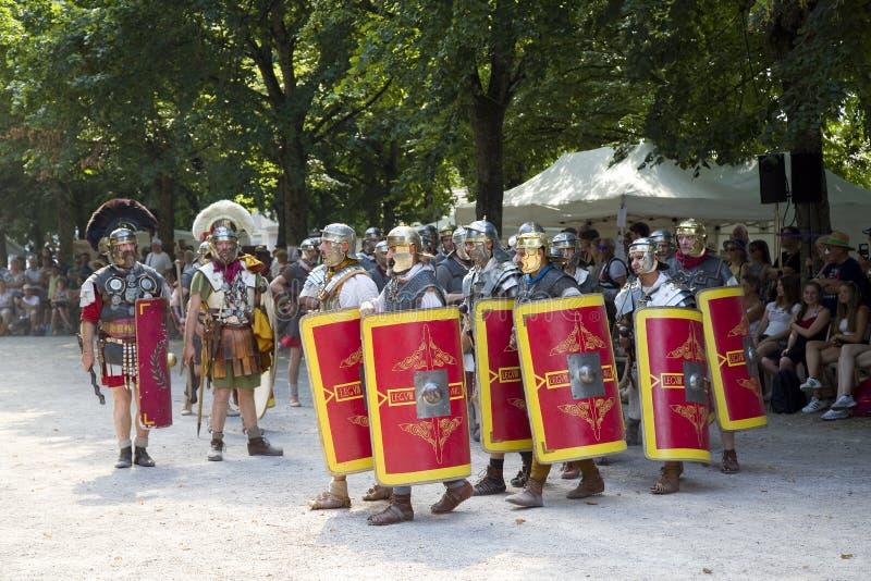 Römisches Schauspiel mit Gladiatoren und Legionären lizenzfreies stockfoto