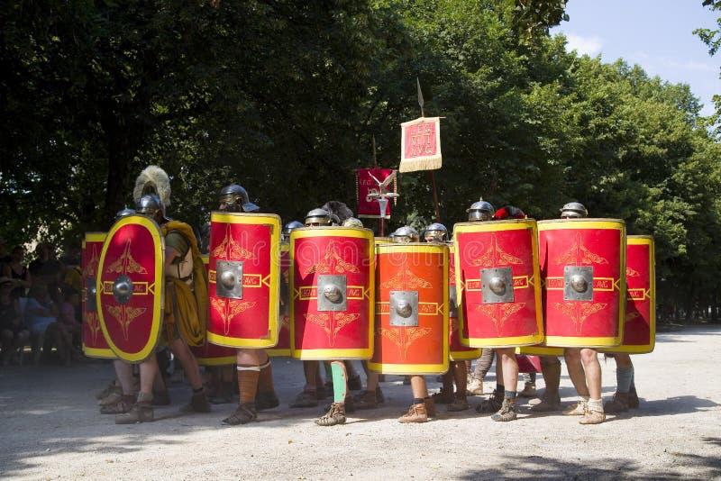 Römisches Schauspiel mit Gladiatoren und Legionären stockfotografie